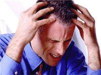 чоловік страждає від головного болю