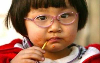 Китайський дитина в окулярах