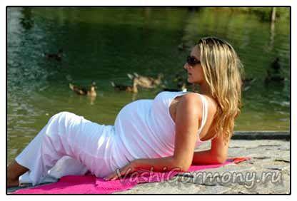 Фото вагітної жінки на березі озера