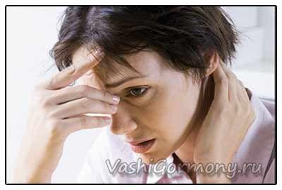 Фото: жінка з симптомами гіпотиреозу