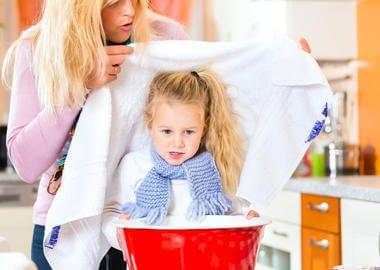 Дівчинка проводить інгаляцію від кашлю