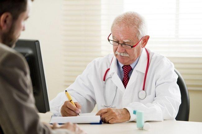 Лікар призначає лікування