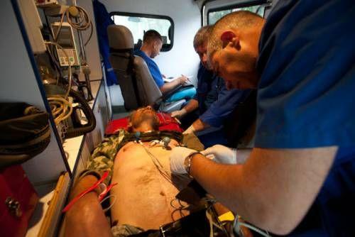 Бригада швидкої допомоги надає допомогу потерпілому