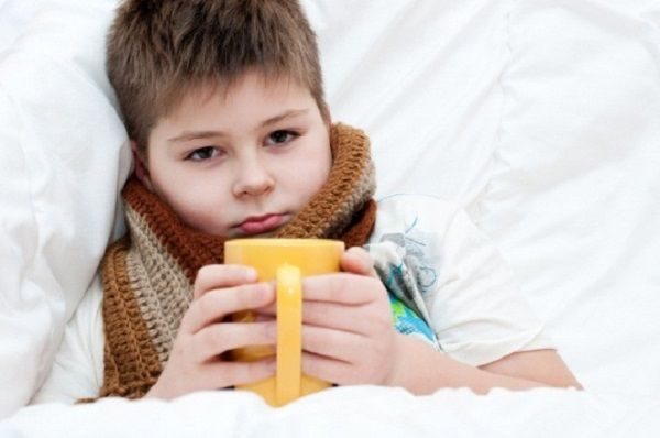 Хвора дитина з шарфом