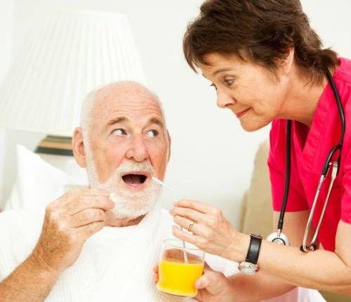 Медсестра годує пацієнта