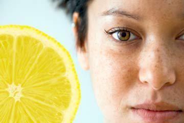 Лимон освітлює веснянки