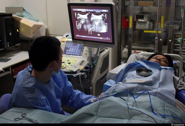 Лікар проводить ирригоскопию