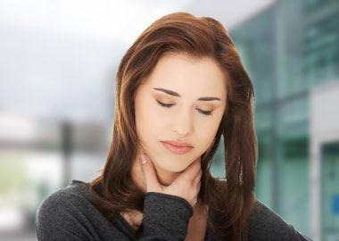 Болить горло при гнійному фарингіті