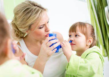 Промивання носа фізіологічним розчином