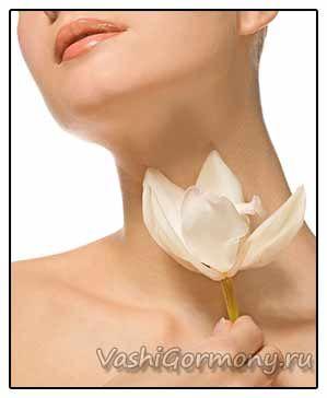 Фото: жіноча шия на тлі квітки