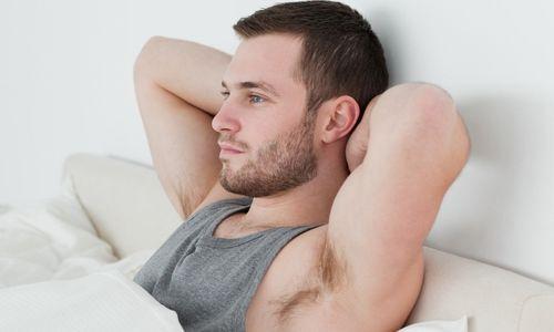 Чоловік в ліжку