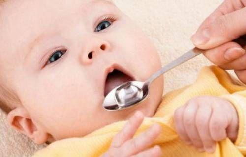 Годування дитини з ложечки