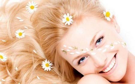 Відвар ромашки поверне життєву силу і здоровий блиск вашому волоссю