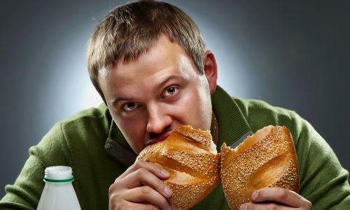 чоловік їсть