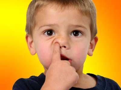 дитина колупається в носі