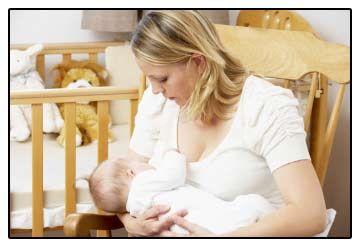 жінка годує дитину грудьми