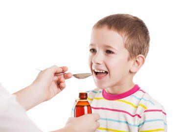 Дитина п`є сироп