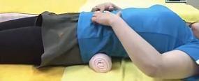 Вправа для хребта - метод Фукуцудзі - положення валика під спиною.