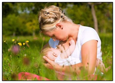 Фото: жінка, що годує дитину