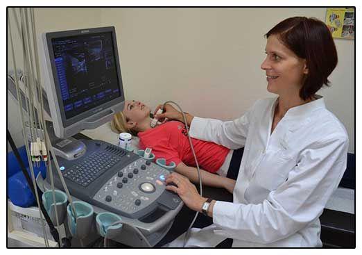 Лікар-діагност расшівровивает узі щитовидки - фото